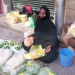 سيدة تبيع الأبرية