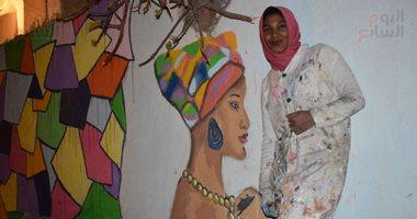 ة فتاة نوبية ترسم تراثها على جدران شوارع الإسكندرية بفحم الشيشة